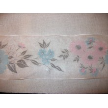 Lazo de gasa blanco, con flores rosas y azules