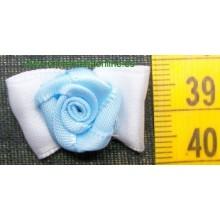 Lazo blanco con flor azul...