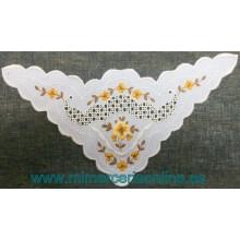 Aplique de tela, con bordado de flores, forma triangular