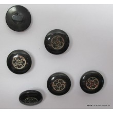 Botón color negro, acabado...